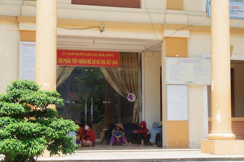 Người dân Sơn Tây vây kín trụ sở xã theo dõi lấy lời khai nghi phạm xâm hại 2 chị em ruột - Hình 8