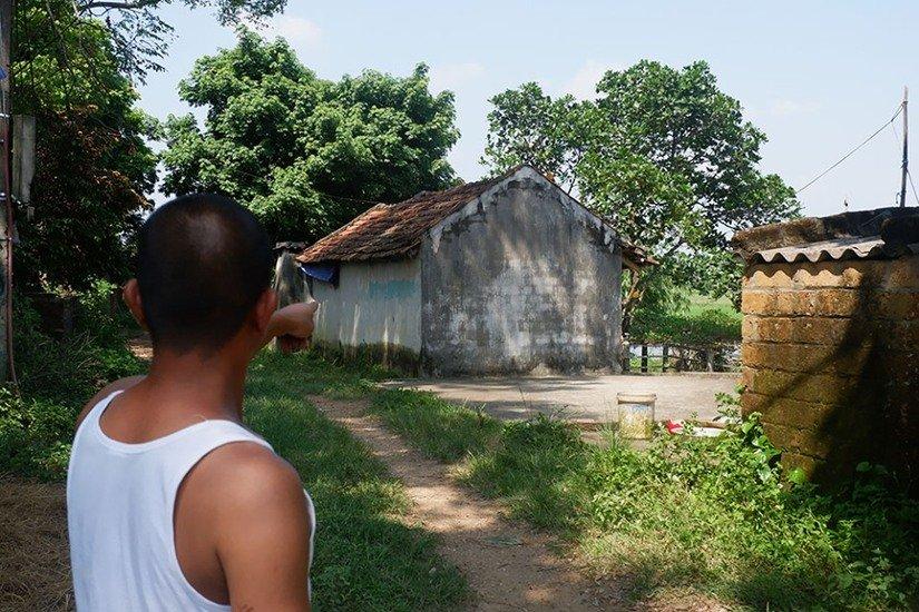Người dân Sơn Tây vây kín trụ sở xã theo dõi lấy lời khai nghi phạm xâm hại 2 chị em ruột - Hình 3
