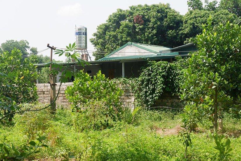 Người dân Sơn Tây vây kín trụ sở xã theo dõi lấy lời khai nghi phạm xâm hại 2 chị em ruột - Hình 4