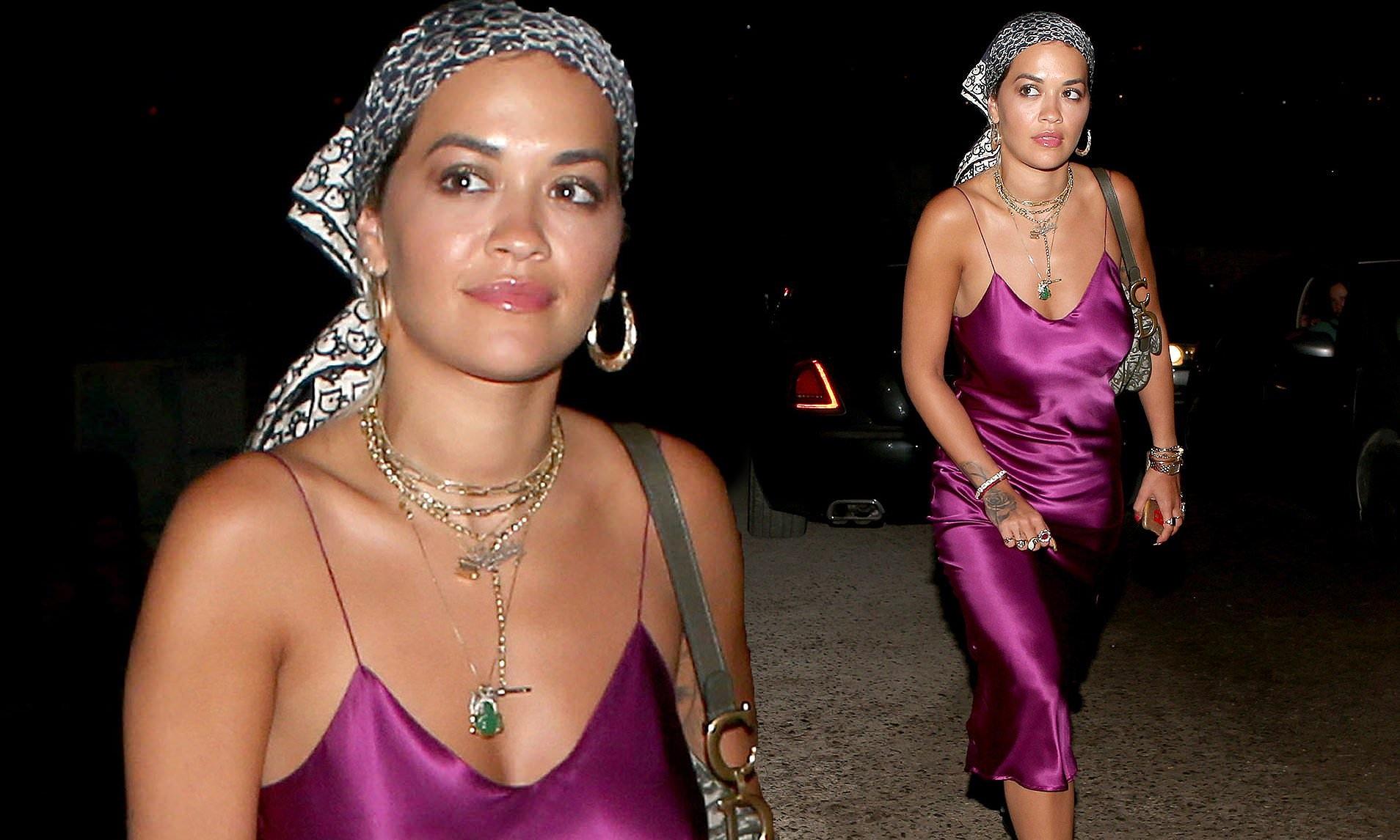 Rita Ora mặc váy lụa, không áo ngực khiến fan hốt hoảng - Hình 1