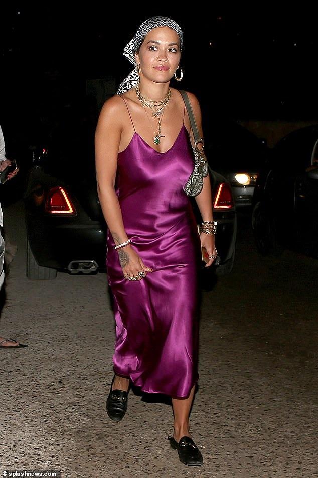 Rita Ora mặc váy lụa, không áo ngực khiến fan hốt hoảng - Hình 4