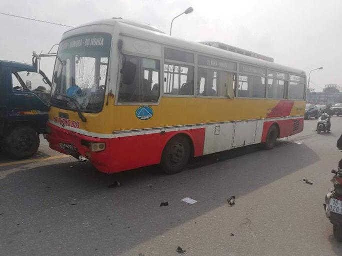 Xe buýt chạy ẩu lấn làn trên cầu tông trực diện 2 nam sinh đi xe máy - Hình 3