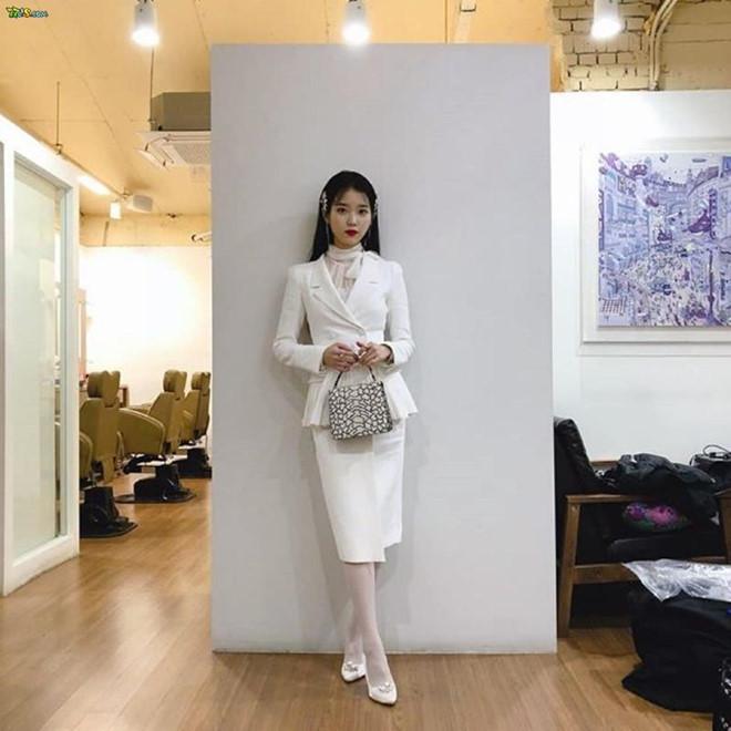 Bà chủ IU diện toàn hàng hiệu sang chảnh trong phim Hotel Del Luna - Hình 12