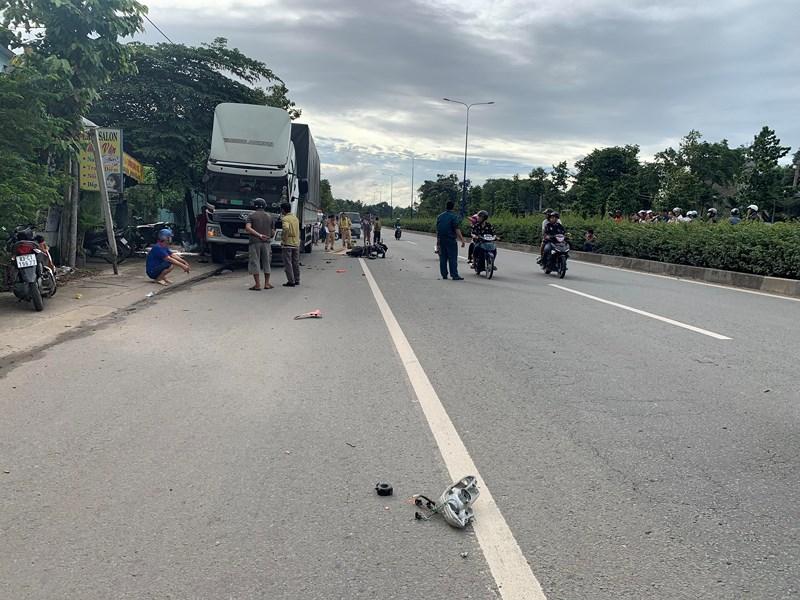 Bình Dương: Hai nam thanh niên đâm vào đuổi xe tải tử vong - Hình 3