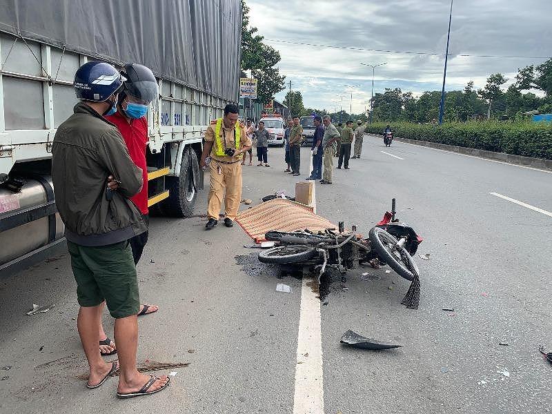 Bình Dương: Hai nam thanh niên đâm vào đuổi xe tải tử vong - Hình 1