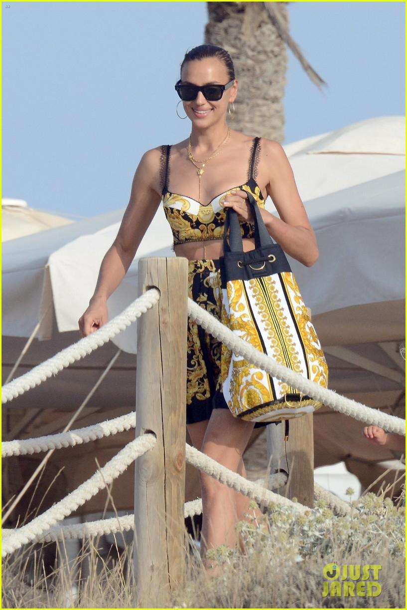 Chân dài Irina Shayk gợi cảm trên bãi biển ở Tây Ban Nha - Hình 4