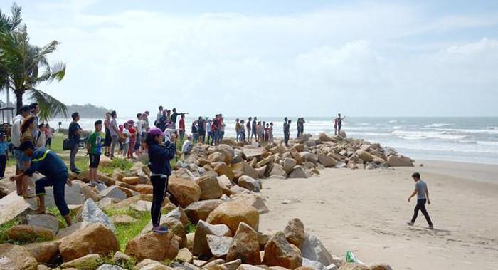 4 người đuối nước ở Bình Thuận: Thương tâm vợ thoát nạn ngóng chồng - Hình 2