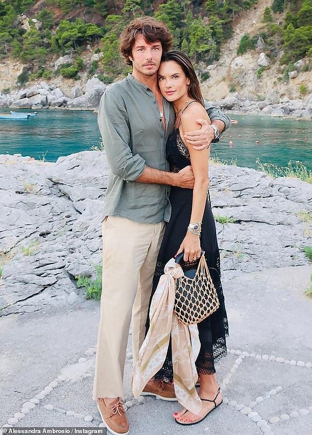 Alessandra Ambrosio quyến rũ vạn người mê ở vùng biển Ý - Hình 9