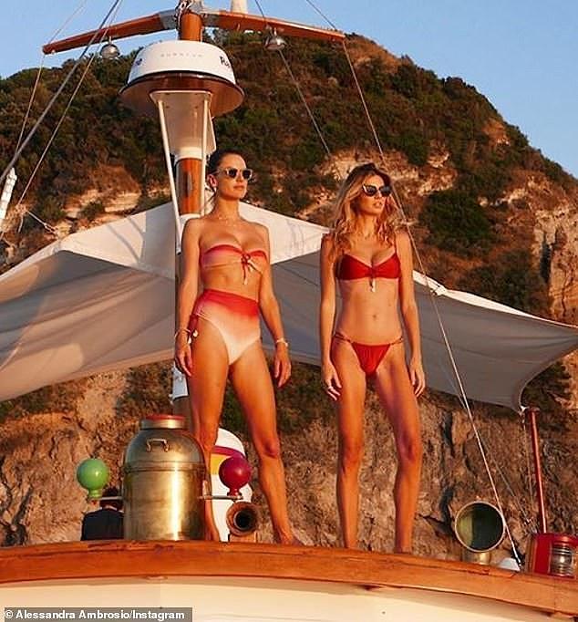 Alessandra Ambrosio quyến rũ vạn người mê ở vùng biển Ý - Hình 2