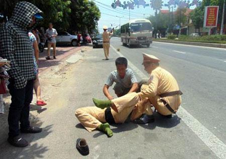 Bắt tạm giam đối tượng đâm trọng thương cảnh sát giao thông - Hình 1