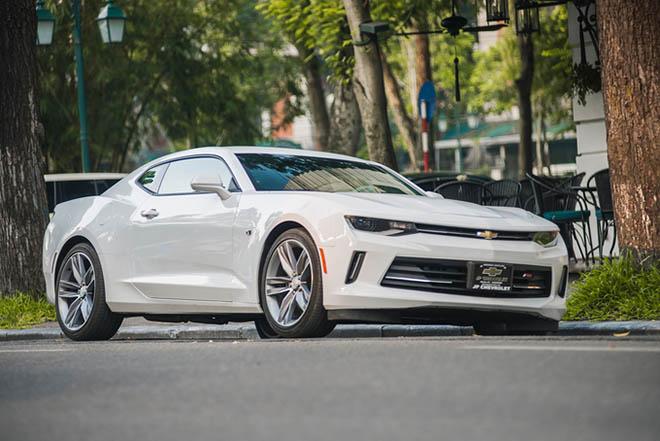 Cận cảnh siêu xe cơ bắp Chevrolet Camaro RS màu trắng quý tộc trên đường phố Thủ đô - Hình 2