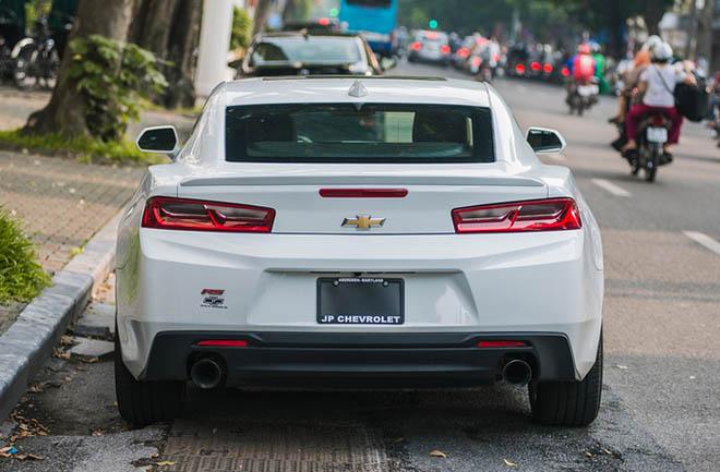 Cận cảnh siêu xe cơ bắp Chevrolet Camaro RS màu trắng quý tộc trên đường phố Thủ đô - Hình 6