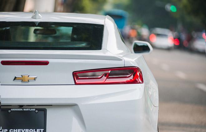 Cận cảnh siêu xe cơ bắp Chevrolet Camaro RS màu trắng quý tộc trên đường phố Thủ đô - Hình 8