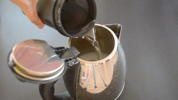 Chỉ cần 2 nguyên liệu đơn giản để cọ ấm siêu tốc sạch bong không cần rửa trong 1 năm - Hình 3