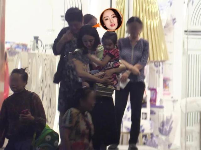 Hậu ly hôn, Đổng Tuyền mang con gái đi diễn, vất vả chăm con trên tàu điện ngầm khiến nhiều ngừoi xót xa - Hình 1