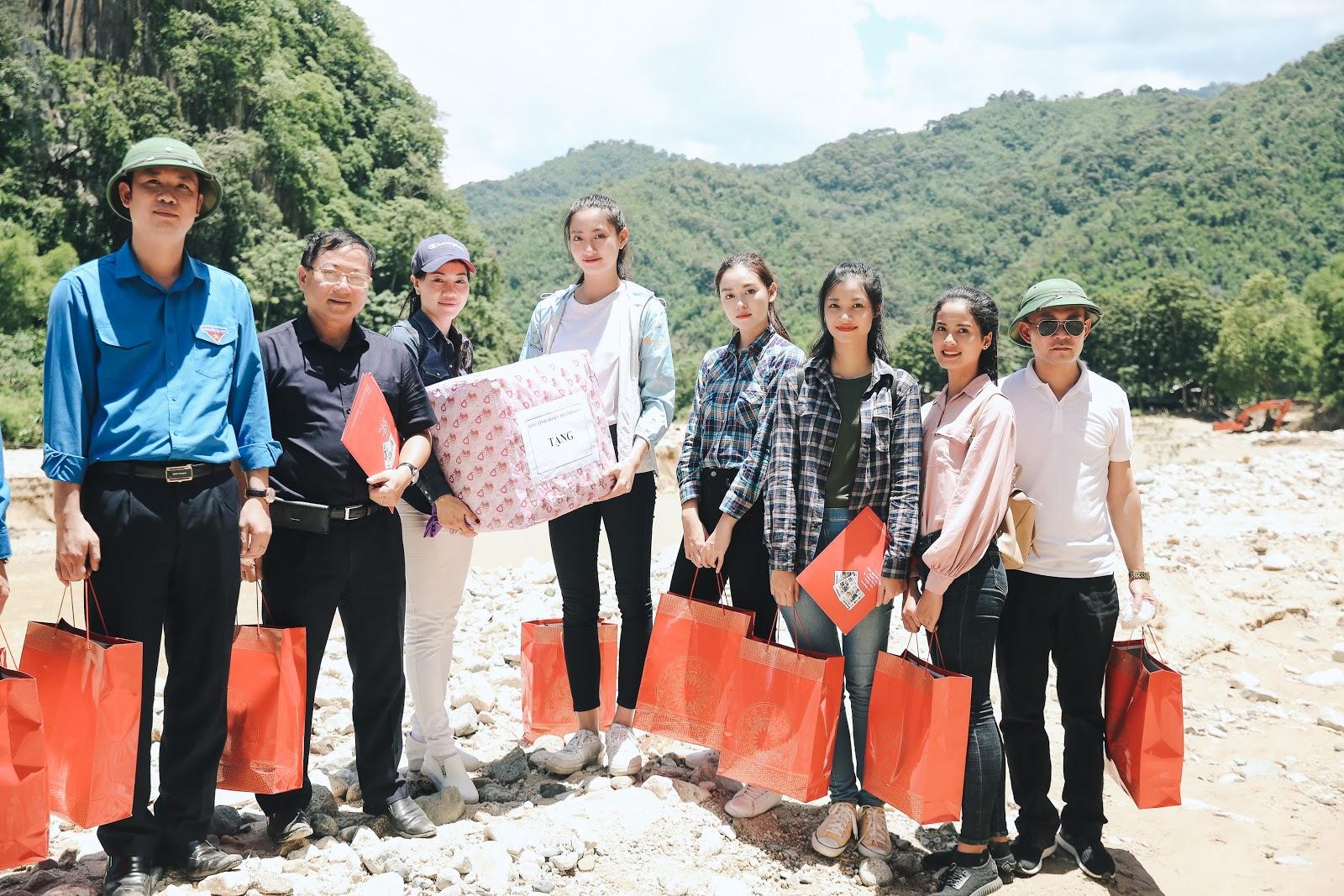 Hoa hậu Thuỳ Linh, Á hậu Kiều Loan, Tường San giản dị vượt đường sạt lỡ đến thăm người dân vùng lũ - Hình 8