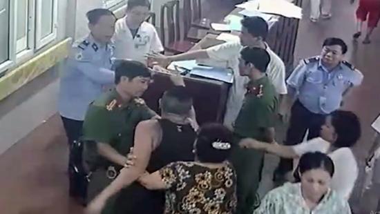 Khởi tố, bắt tạm giam đối tượng hành hung bác sĩ tại bệnh viện - Hình 2