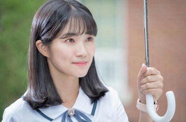Kim Hye Yoon hồn nhiên và xinh đẹp trong hình ảnh đầu tiên của bộ phim July Found By Chance - Hình 1
