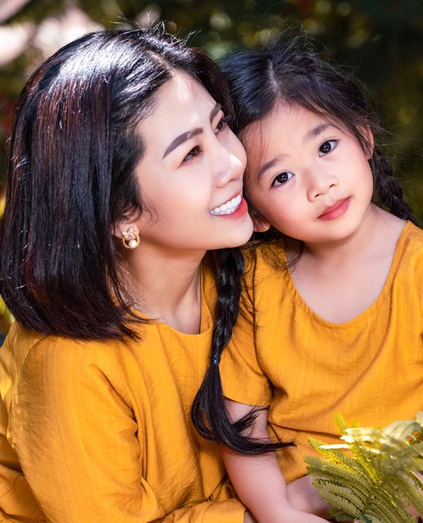 Mai Phương và con gái diện đồ đôi dạo chơi ở Hội An - Hình 3