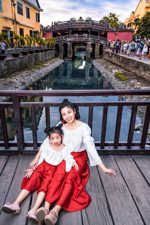 Mai Phương và con gái diện đồ đôi dạo chơi ở Hội An - Hình 7
