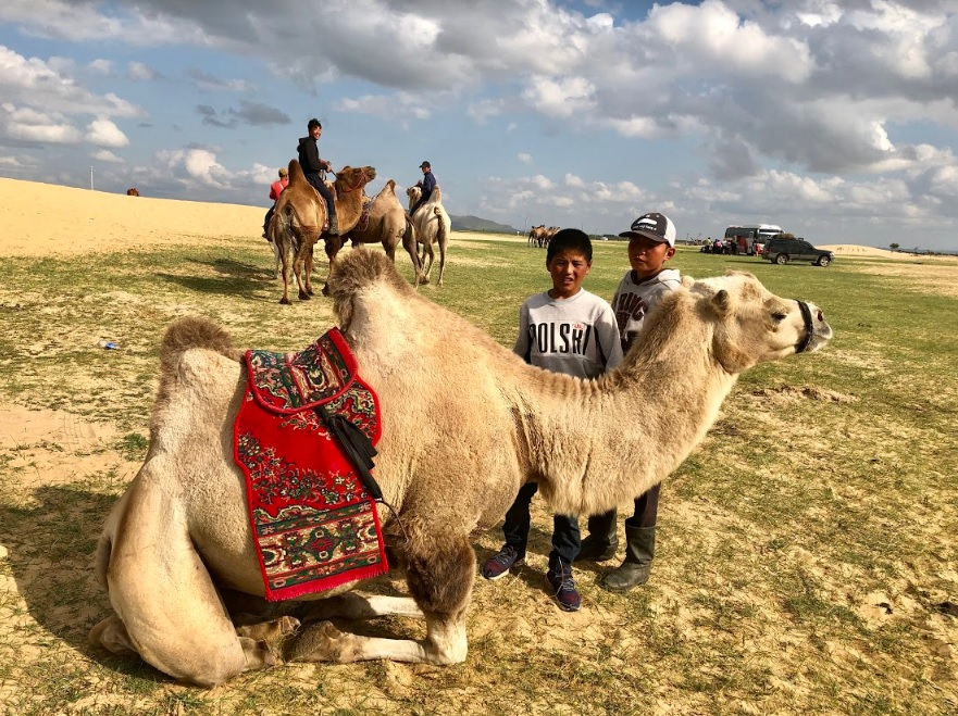 Hoa hậu một con - Ngọc Diễm học làm trà sữa, cưỡi lạc đà trên thảo nguyên Mông Cổ - Hình 9
