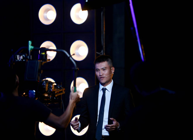 Công Vinh làm MC truyền hình: Bất ngờ nhắc lại chuyện vái lạy trọng tài - Hình 1