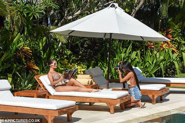 Demi Rose đẹp nuột nà bên bể bơi - Hình 7