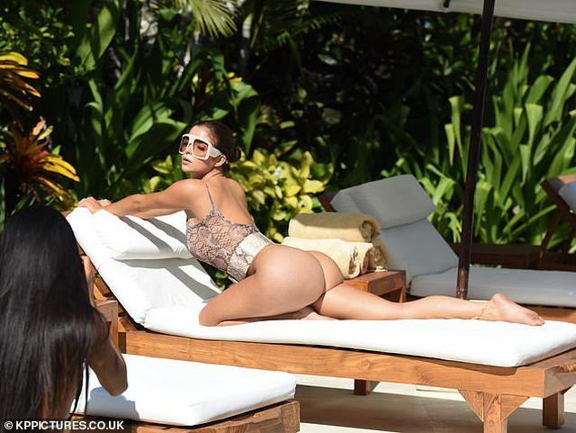 Demi Rose đẹp nuột nà bên bể bơi - Hình 10
