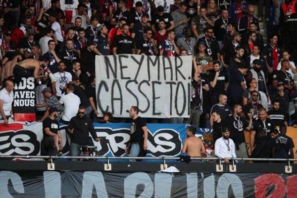 Em gái Neymar văng tục khi anh trai bị CĐV PSG chửi rủa thậm tệ - Hình 1