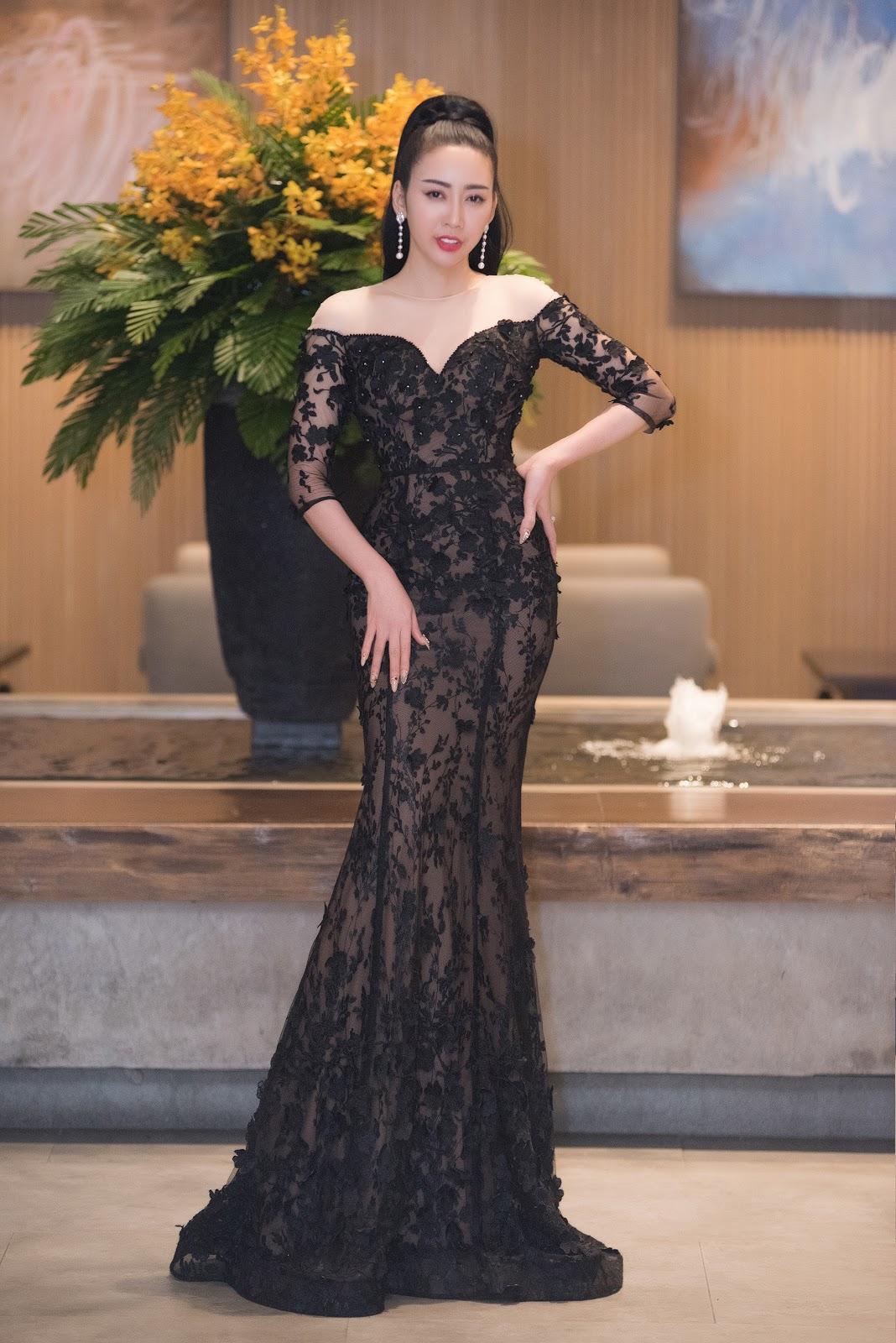 Hoa hậu - NTK Nhật Phượng đội vương miện mặc gợi cảm đi sự kiện - Hình 4