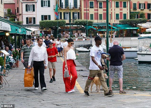 Kylie Jenner lộ thân hình phát tướng, sành điệu ra phố cùng bạn trai - Hình 9