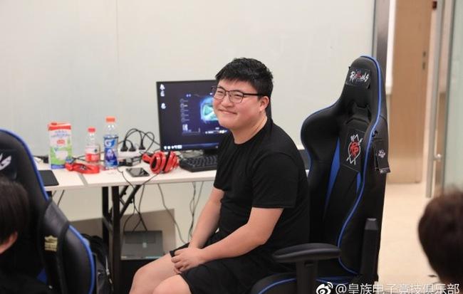 LMHT: Bạn gái Uzi tiết lộ anh chàng đang dính chấn thương nghiêm trọng, fan Trung Quốc lo sốt vó - Hình 4