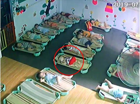 Loạt hành động không giống ai trong lớp học của các bé mầm non khiến dân mạng cười bể bụng - Hình 5