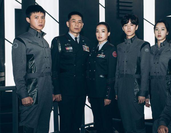 Lộc Hàm bị chỉ trích khi vào vai quân nhân lại để tóc như đi thi idol trong Pháo đài Thượng Hải - Hình 10