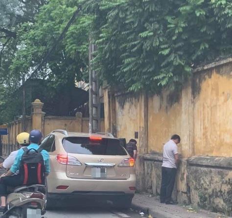 Nam thanh niên bất ngờ xuống ôtô tiểu bậy giữa đường phố Hà Nội - Hình 2