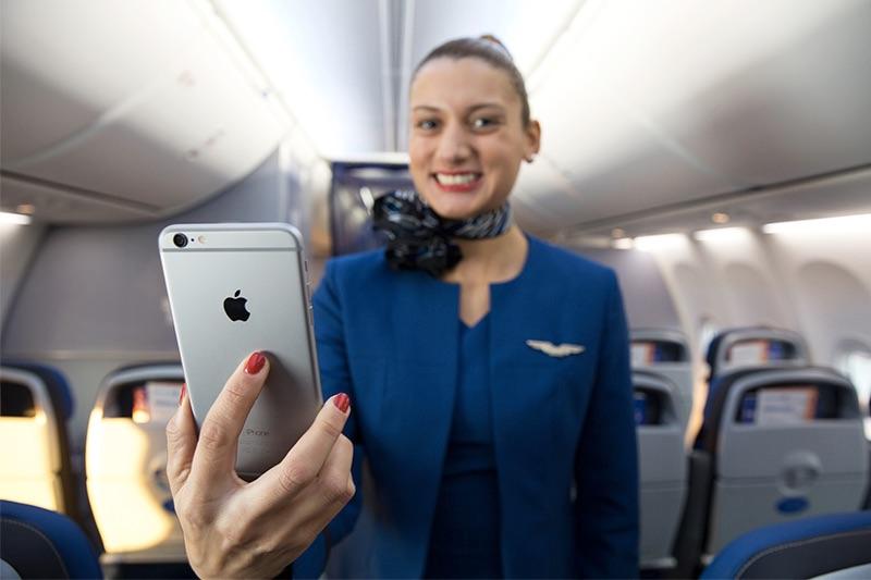 Mỹ: Từ dấu hiệu lạ trong toilet khoang hạng nhất máy bay, khách nữ phát hiện bị quay lén - Hình 1