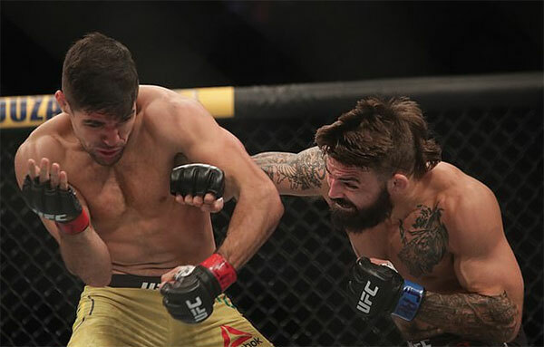 Võ sĩ MMA lệch mũi sau cú bay người lên gối của đối thủ - Hình 2