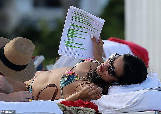 Adriana Lima vẫn bốc lửa ở tuổi 38 - Hình 1