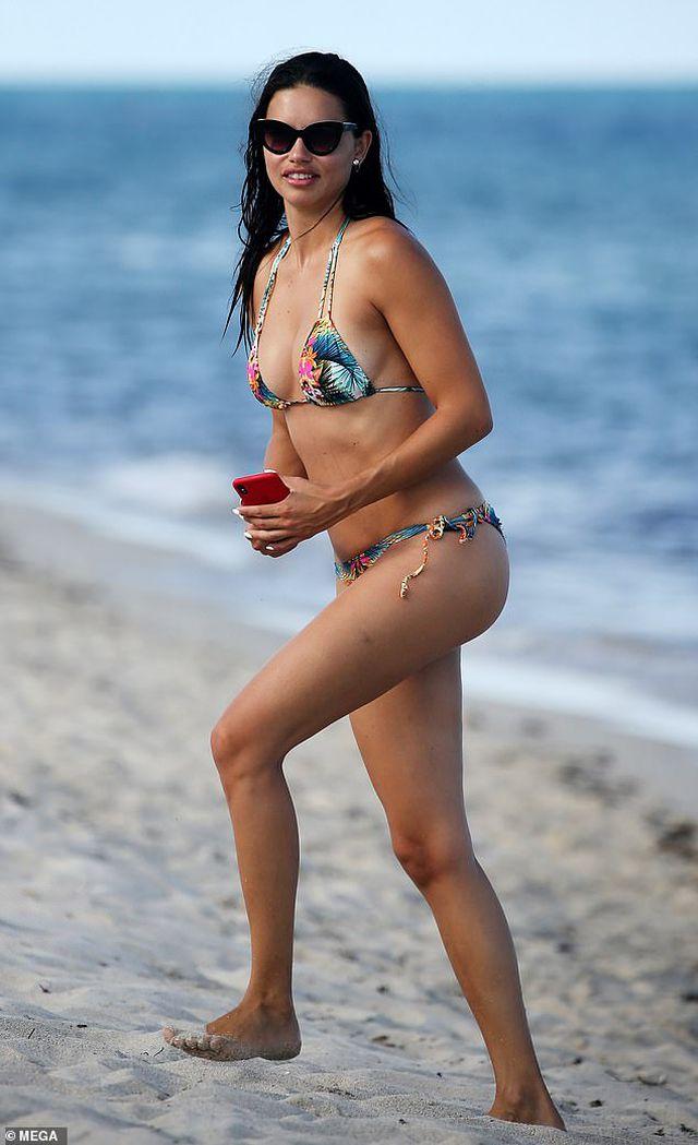 Adriana Lima vẫn bốc lửa ở tuổi 38 - Hình 2