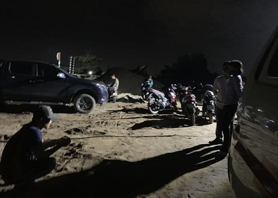 Bình Dương: Bàng hoàng phát hiện thi thể người đàn ông đang phân hủy trên sà lan chở cát - Hình 1