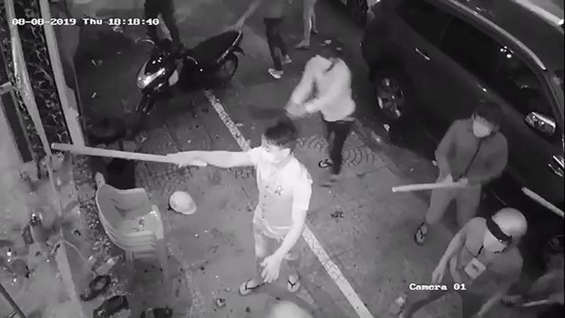 Bình Thạnh : Xông vào nhà hỗn chiến vì xe máy chắn lối ô tô - Hình 1