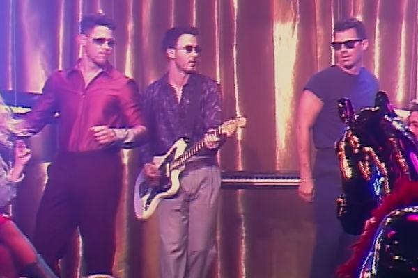 Bộ ba Jonas Brothers ra mắt MV đậm chất retro, đối đầu trực tiếp với Lil Nas X và Billy Ray Cyrus - Hình 2