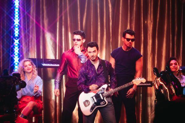 Bộ ba Jonas Brothers ra mắt MV đậm chất retro, đối đầu trực tiếp với Lil Nas X và Billy Ray Cyrus - Hình 3