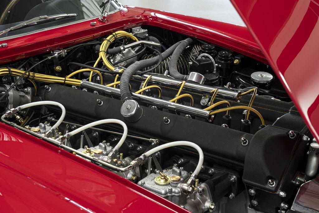 Bộ đôi cực phẩm Aston Martin DB4 GT Zagato và DBS GT Zagato chính thức được sản xuất thương mại - Hình 6
