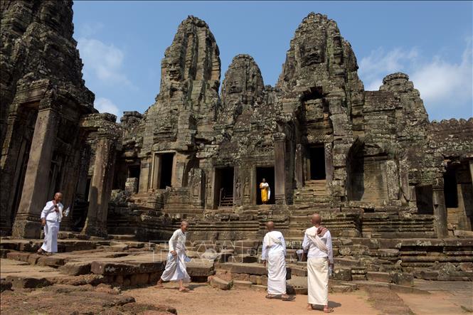Campuchia cấm du khách ăn uống trên bãi cỏ quanh đền Angkor Wat - Hình 1