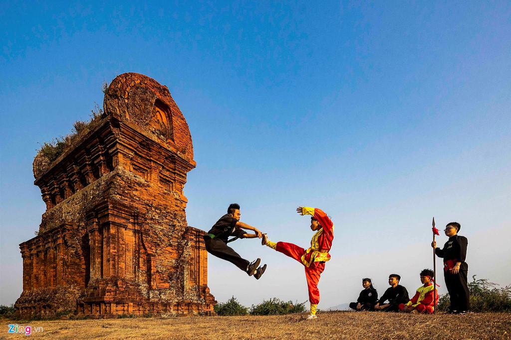 Cảnh luyện võ Bình Định nguy hiểm ở tháp Bánh Ít - Hình 5