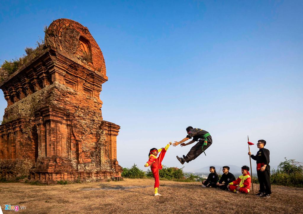 Cảnh luyện võ Bình Định nguy hiểm ở tháp Bánh Ít - Hình 4