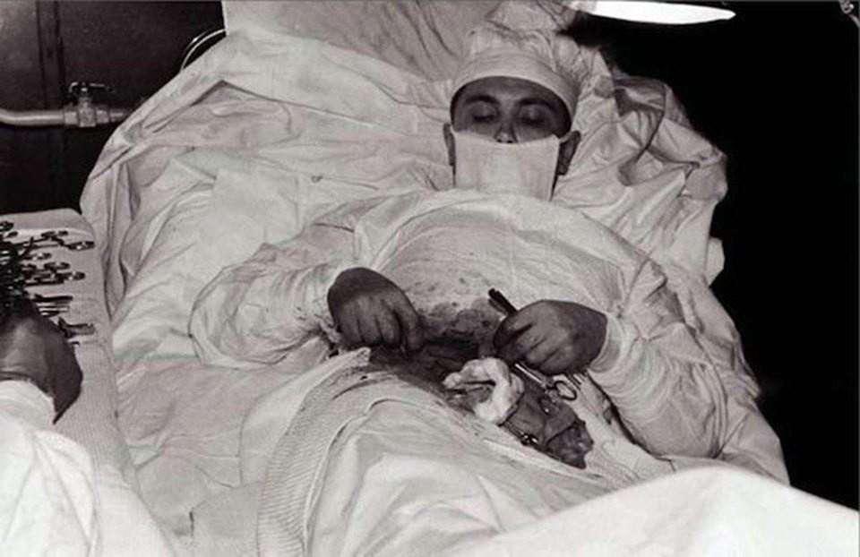Câu chuyện phía sau bức ảnh vị bác sĩ tự mổ bụng cứu chính mình và minh chứng hùng hồn về sức mạnh ý chí của con người - Hình 1