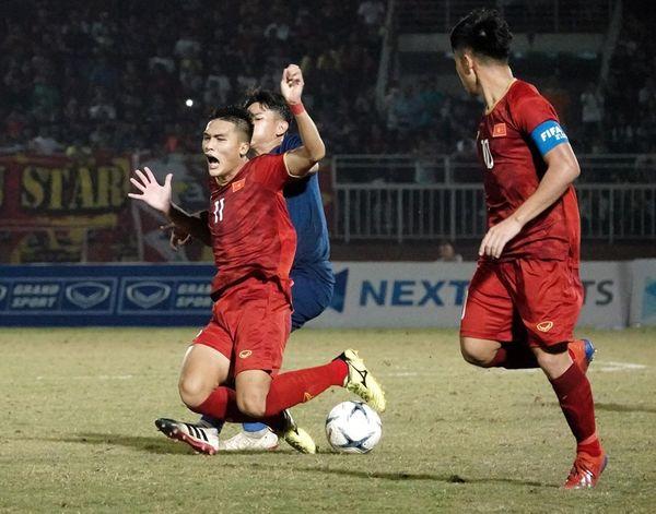 CĐV Việt Nam: Các cầu thủ trẻ đá không tệ, lỗi hoàn toàn là ở HLV Hoàng Anh Tuấn - Hình 1