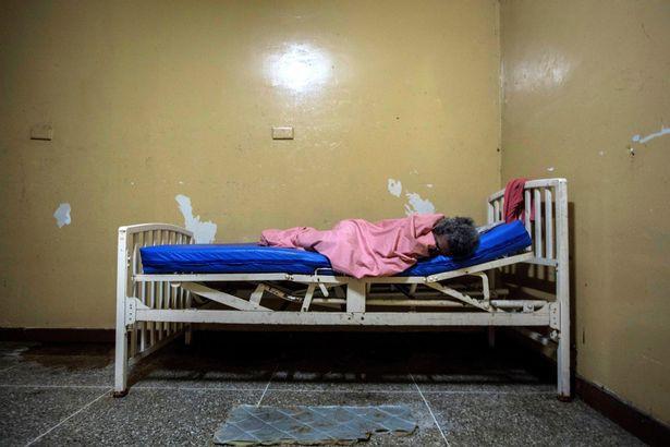 Địa ngục trần gian bên trong bệnh viện tâm thần ở Venezuela: Bệnh nhân nằm la liệt, bị bỏ mặc trong căn phòng ngập phân và rác thải - Hình 6